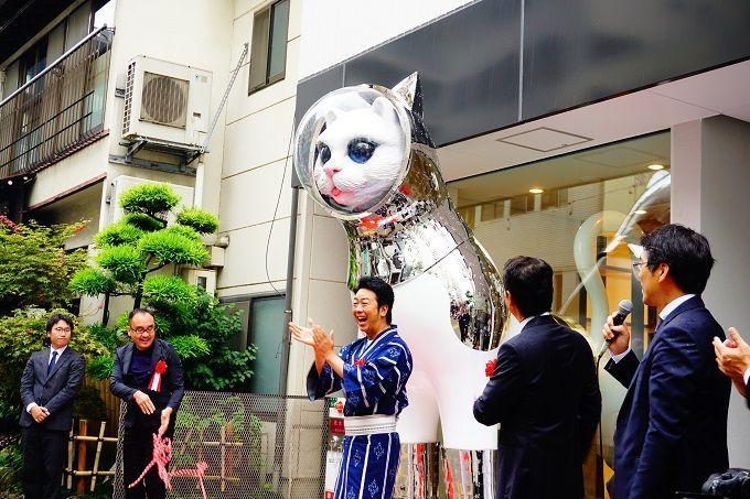 ナニコレ!? 博多に巨大猫オブジェ出現!正体は…宿泊施設『WeBase 博多』の画像