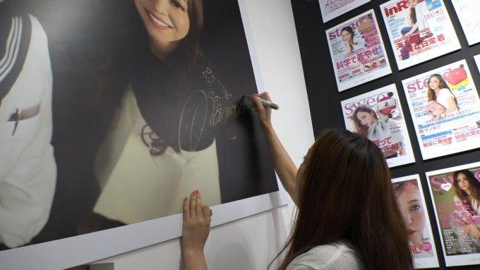 安室奈美恵さんが福岡三越を訪れ、自身の展覧会を観賞!の画像