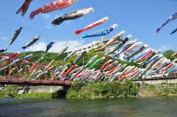 約300のこいのぼりと屋形船。佐賀市大和町で「川上峡春まつり」を開催中の画像