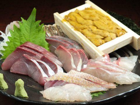 まず最初のご紹介するのは「青玄海(あおげんかい)」。こちらのお店では、毎朝築地で仕入れた新鮮な魚を食べることができます。日本酒と焼酎も店主が厳選したものが取り揃えられており、こだわりのお酒を新鮮な魚料理と一緒に堪能できる居酒屋です!