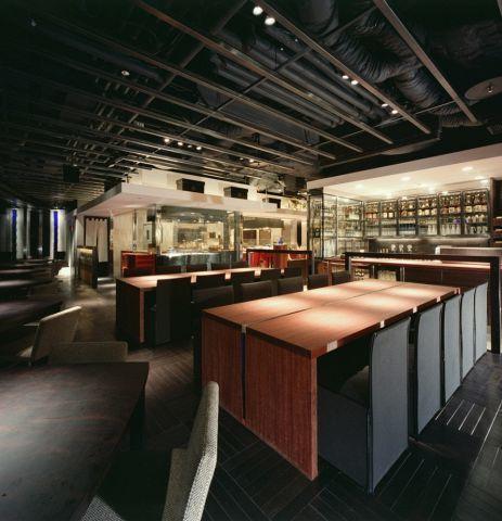 和の雰囲気が感じられる店内には、テーブル席だけでなく、高級感溢れる個室も完備されています。会食や接待などのビジネスシーンだけでなく、デートにも最適な空間になっています。