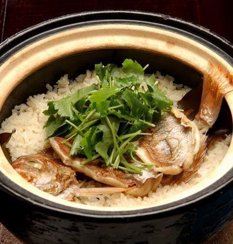 そんな「蔵人厨ねのひ」では、伊賀の土鍋を使って仕上げた「蔵人の祝い飯」や、職人が丁寧に焼き上げる「串物盛り合わせ」など、食材だけでなく調理方法にも徹底的にこだわった料理を頂くことができます!  【蔵人厨ねのひ 丸の内オアゾ】 住所:東京都千代田区丸の内1-6-4 丸の内OAZO 6F 電話番号:03-5288-1101