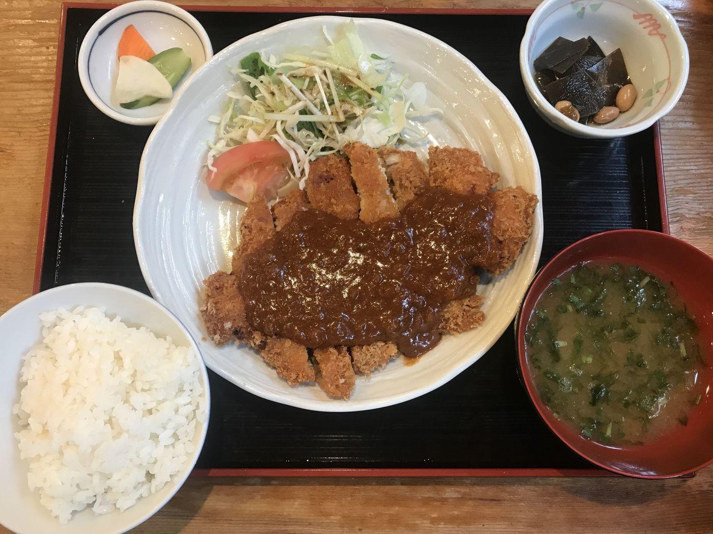 【福岡の海鮮系居酒屋の中心で、チキンカツ定食を食べる】の画像