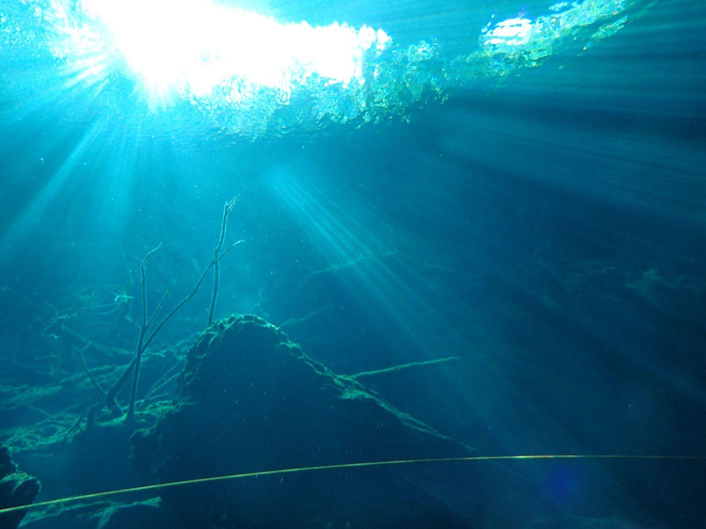 光のカーテンの絶景!美しいメキシコのセノーテをご紹介の画像